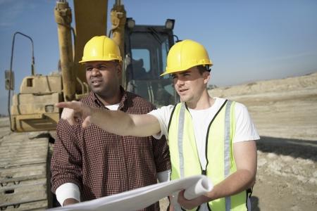 relaciones laborales: Dos trabajadores de la construcción en el sitio