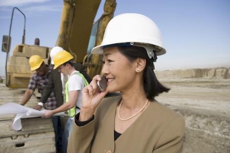女性の測量、建設現場で働く労働者 写真素材