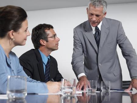 dictating: Tres compa�eros de trabajo en la reuni�n de conferencia