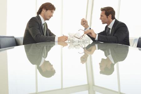 dictating: Angry empresarios en la reuni�n de la oficina LANG_EVOIMAGES