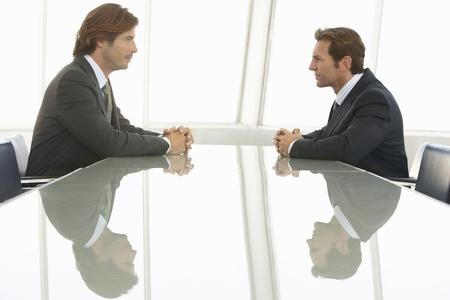 business rival: Dos hombres de negocios en la reuni�n