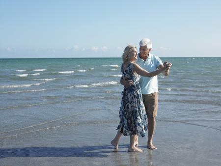 couple dancing: Baile en la playa Pares Mayores