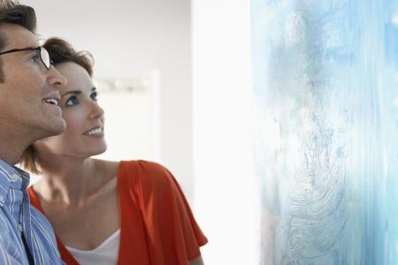 art museum: Coppia in cerca di arte pittura moderna in galleria LANG_EVOIMAGES