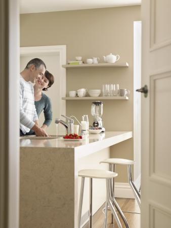 puerta abierta: Sonriente pareja en la cocina vista a trav�s de la puerta abierta LANG_EVOIMAGES