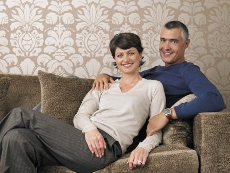 pareja de esposos: Pareja casada relaja en el sof� LANG_EVOIMAGES