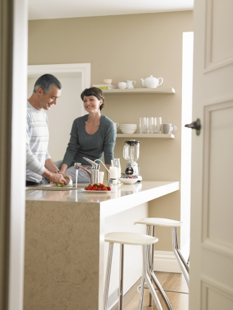 pareja de esposos: Pareja casada en la cocina