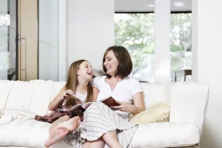 seres vivos: Madre e Hija Leyendo Juntos LANG_EVOIMAGES