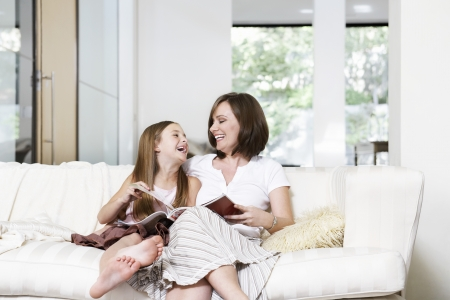 living being: Mother and Daughter Reading Together LANG_EVOIMAGES