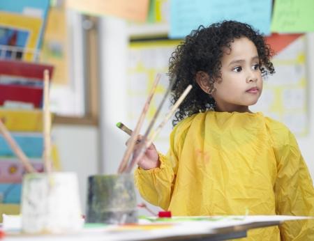 niños pintando: Niño de escuela primaria en clase de arte