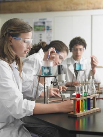high school students: Estudiantes de secundaria en clase de qu�mica