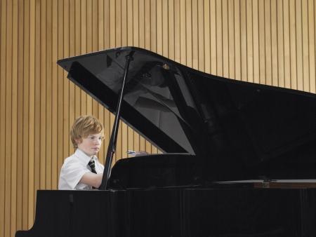 grand piano: Estudiante de secundaria Practicar Piano LANG_EVOIMAGES