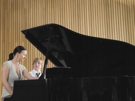 piano de cola: Estudiante de secundaria con el profesor en el Piano