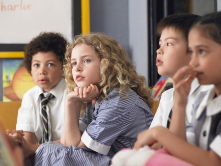 uniforme escolar: Colegiala Atento