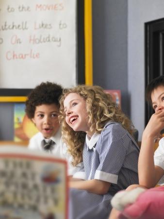 uniforme escolar: Niños que escuchan al Maestro Lee