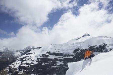 mountain climber: Alpinista raggiungere picco