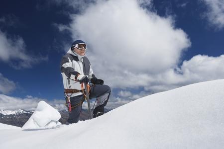 mountain climber: Alpinista raggiungere cima innevata LANG_EVOIMAGES