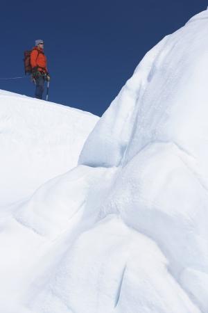 mountain climber: Alpinista escursioni formazione di ghiaccio passato