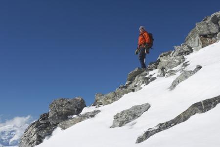 mountain climber: Alpinista decrescente neve e boulder pendenza