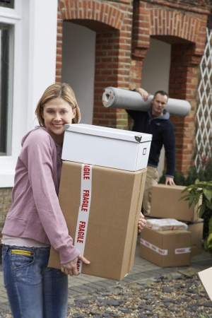 moving house: Couple moving house LANG_EVOIMAGES