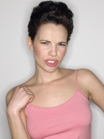 anguished: Donna digrignando i denti in studio half-length