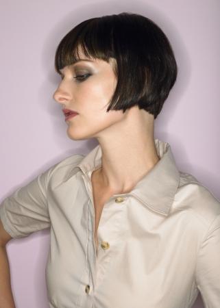 arrogancia: Mujer con perfil de cabello corto en el estudio