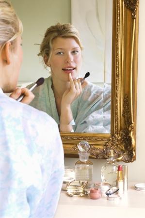 mujer maquillandose: Mujer Aplicar Maquillaje