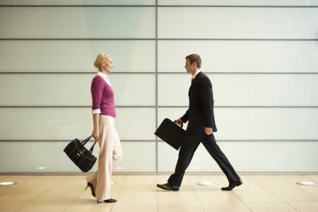 attache: Businesspeople Walking  in Office Hallway LANG_EVOIMAGES