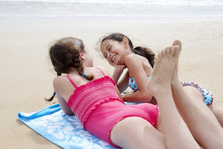 lay down: Children Vacationing on the Beach LANG_EVOIMAGES
