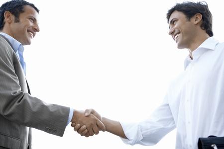 poign�es de main: Les hommes d'affaires se serrant la main LANG_EVOIMAGES