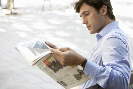 spaniards: Man Reading Newspaper LANG_EVOIMAGES