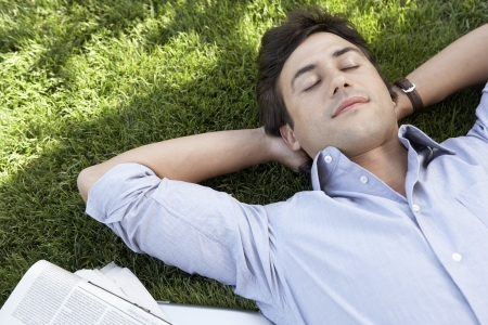 arms behind head: Man Laying on Grass LANG_EVOIMAGES