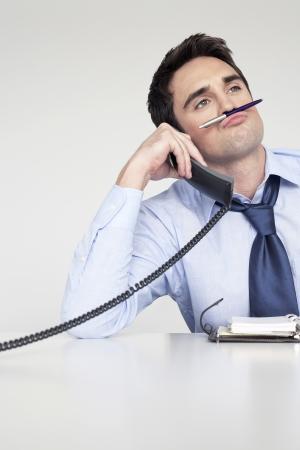 Homme d'affaires ennuyé sur le téléphone