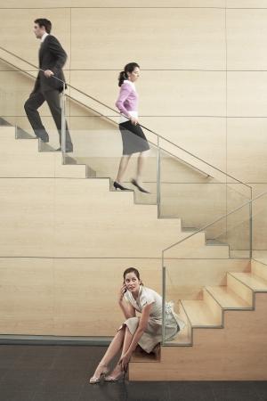 bajando escaleras: Empresarios en la escalera LANG_EVOIMAGES