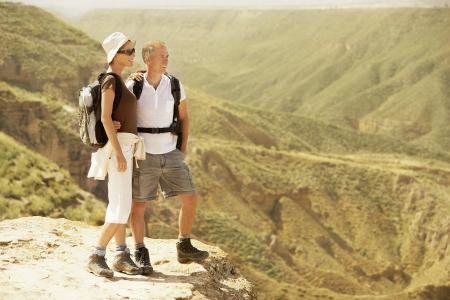 mujer cuerpo completo: Pareja de senderismo en Sierra