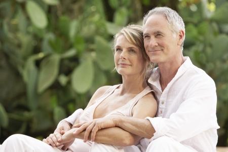 mujeres ancianas: Pareja mayor que abraza