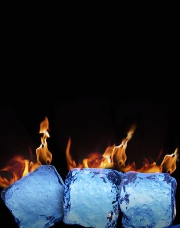 chaud froid: Br�ler des cubes de glace sur fond noir