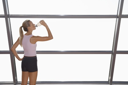 well beings: Woman Drinking Water at the Gym LANG_EVOIMAGES
