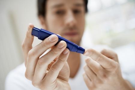 diabetes: Hombre que usa el anfioxo en el dedo en el ba�o de cerca