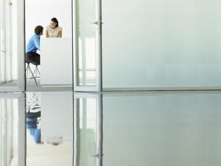 puerta abierta: Empresarios Reuni�n ve a trav�s de puerta de la oficina abierta