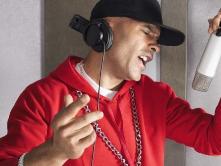 estudio de grabacion: Hombre joven que canta en el estudio LANG_EVOIMAGES
