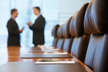 empresario: Los hombres de negocios que hablan en sala de conferencias LANG_EVOIMAGES