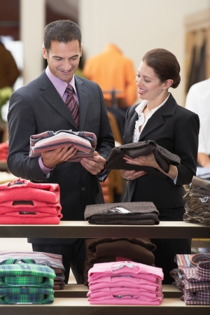 tienda de ropa: Vendedor asistir hombre de negocios en la tienda de ropa