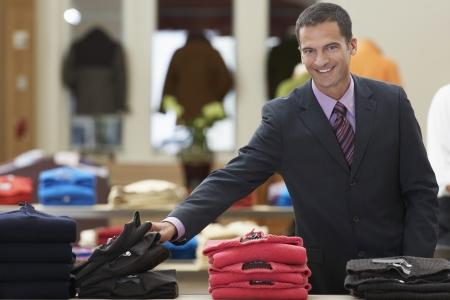 tienda de ropa: Hombre de negocios en la tienda de ropa