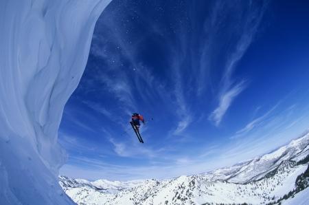 caida libre: El esquiador que salta del borde de la monta?a LANG_EVOIMAGES