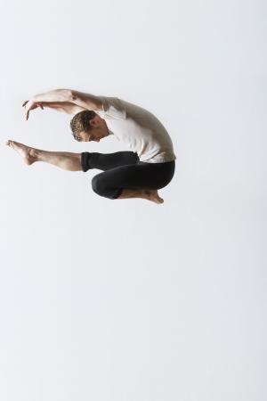 ballet hombres: Bailarín de ballet saltando en el aire