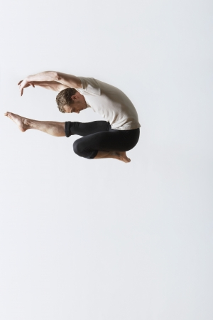 touching toes: Ballet dancer leaping in mid-air LANG_EVOIMAGES