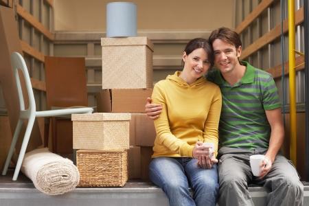 Paar sitzt auf der Rückseite des Möbelwagen