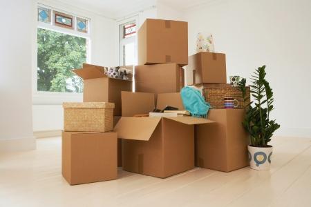 Stapel von Boxen im neuen Haus Standard-Bild
