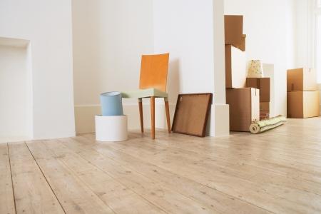 Möbel und Kartons in New House