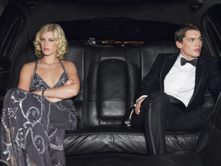 evening wear: Couple in evening wear in back of car LANG_EVOIMAGES